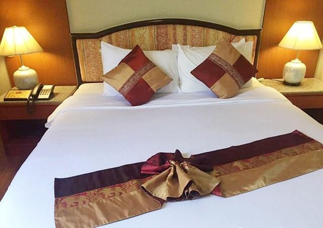Tại sao khách sạn nào cũng có một mảnh vải ngang giường