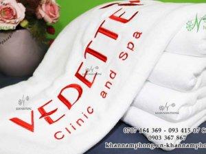 Khăn spa của Vedette Clinic and Spa chất liệu Microfiber màu trắng thêu logo