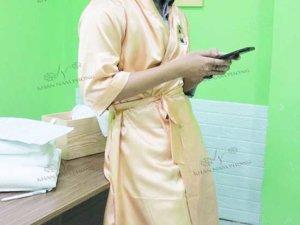 áo choàng spa của Chuu Beauty Room chất liệu phụ phi bóng màu camáo choàng spa của Chuu Beauty Room chất liệu phụ phi bóng màu cam