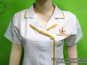 Mẫu đồng phục Spa màu trắng phối với viền vàng