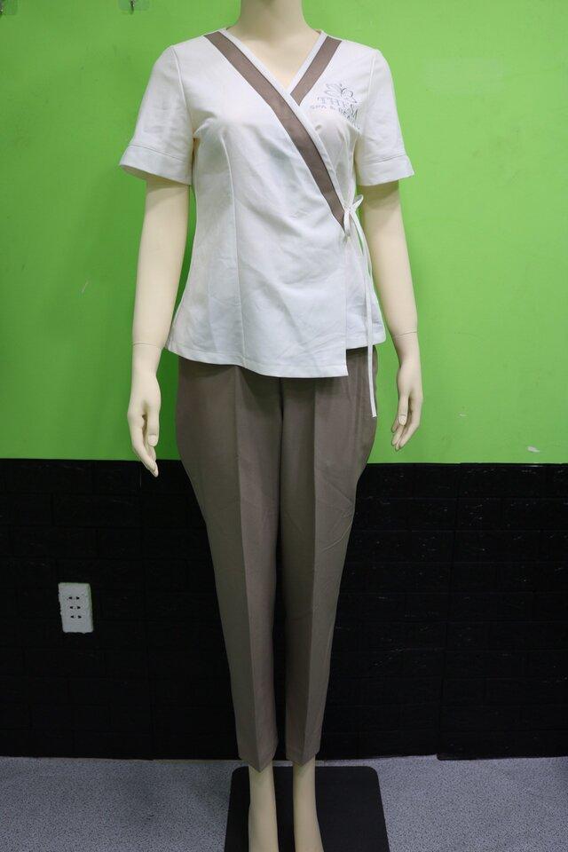 Mẫu đồng phục Spa màu trắng phối với quần màu nâu