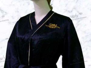 Áo choàng Spa The Hari Beauty & Spa màu đen với chất liệu phi bóng